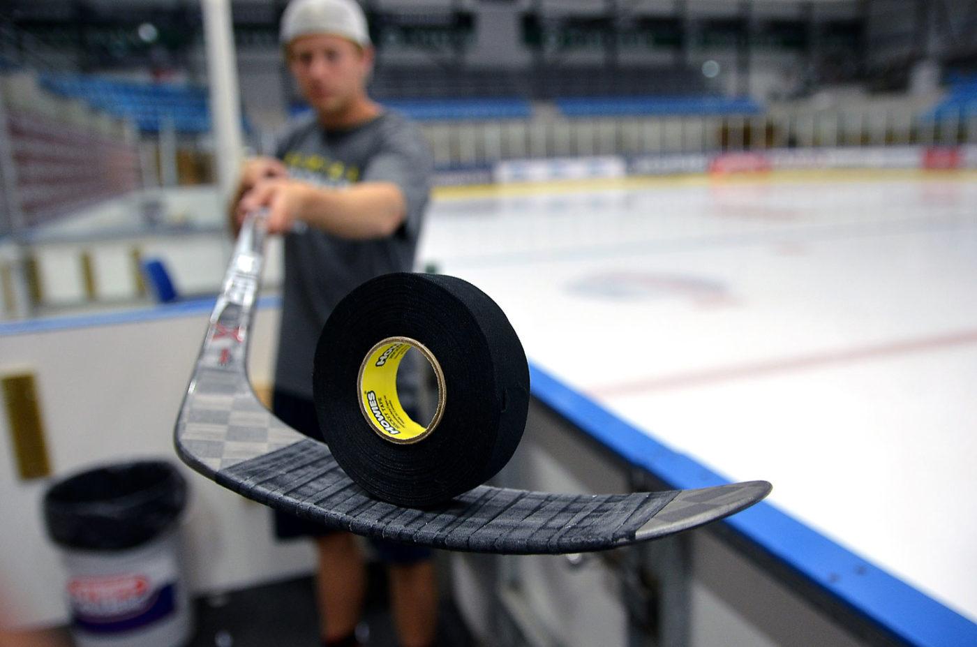 Svart hockeytejp står på ett hockeyblad